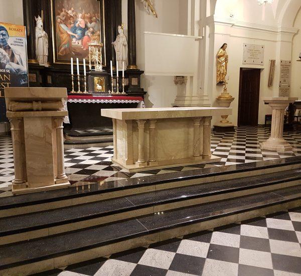 Ołtarz, ambonka, chrzcielnica